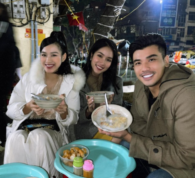 Đi ăn vỉa hè, Hoa hậu Đỗ Thị Hà và Á hậu Phương Anh giản dị vẫn xinh đẹp rạng rỡ ảnh 1