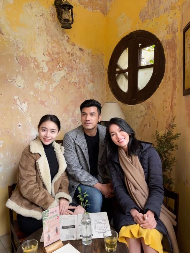 Đi ăn vỉa hè, Hoa hậu Đỗ Thị Hà và Á hậu Phương Anh giản dị vẫn xinh đẹp rạng rỡ ảnh 6