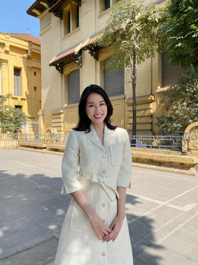 Đi ăn vỉa hè, Hoa hậu Đỗ Thị Hà và Á hậu Phương Anh giản dị vẫn xinh đẹp rạng rỡ ảnh 7