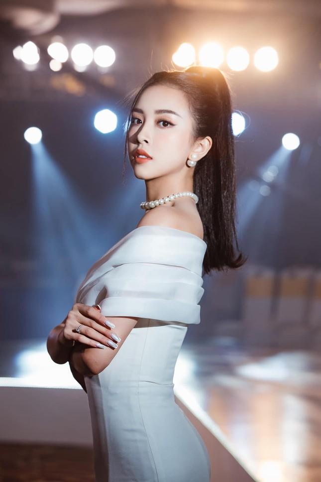 Top 3 Hoa hậu Việt Nam 2018: Tiểu Vy thần thái sang chảnh, Phương Nga-Thúy An ngày càng quyến rũ ảnh 17