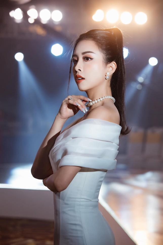 Top 3 Hoa hậu Việt Nam 2018: Tiểu Vy thần thái sang chảnh, Phương Nga-Thúy An ngày càng quyến rũ ảnh 18