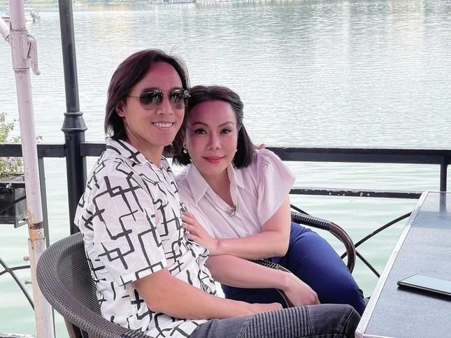 Showbiz 20/3: Vợ Chí Tài cảm ơn Hoài Linh vì lập bàn thờ cho chồng ở Việt Nam ảnh 1