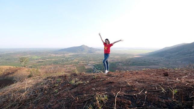 Hoa hậu Đỗ Thị Hà diện áo trắng giản dị, đẹp tinh khôi trên đỉnh núi lửa Chư Đăng Ya ảnh 11