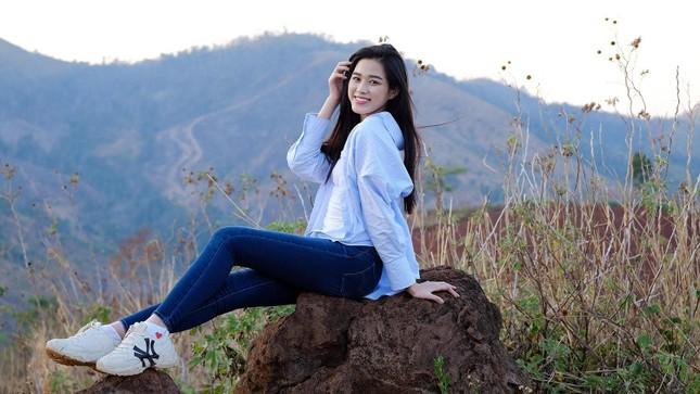 Hoa hậu Đỗ Thị Hà diện áo trắng giản dị, đẹp tinh khôi trên đỉnh núi lửa Chư Đăng Ya ảnh 4