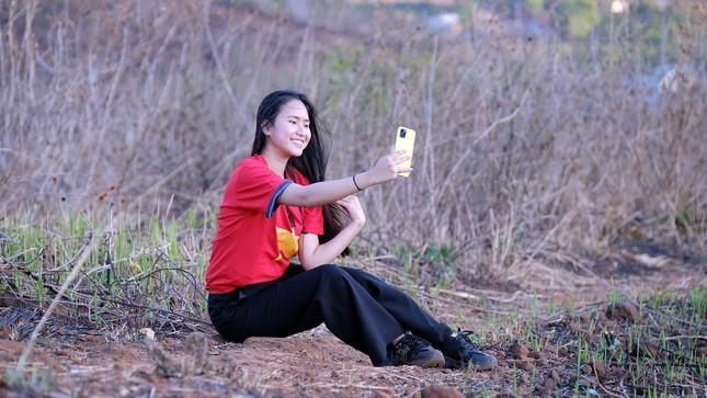 Hoa hậu Đỗ Thị Hà diện áo trắng giản dị, đẹp tinh khôi trên đỉnh núi lửa Chư Đăng Ya ảnh 20