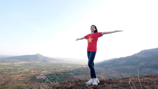 Hoa hậu Đỗ Thị Hà diện áo trắng giản dị, đẹp tinh khôi trên đỉnh núi lửa Chư Đăng Ya ảnh 10
