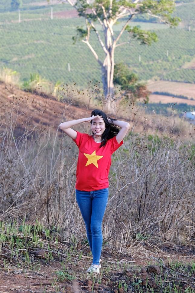 Hoa hậu Đỗ Thị Hà diện áo trắng giản dị, đẹp tinh khôi trên đỉnh núi lửa Chư Đăng Ya ảnh 13