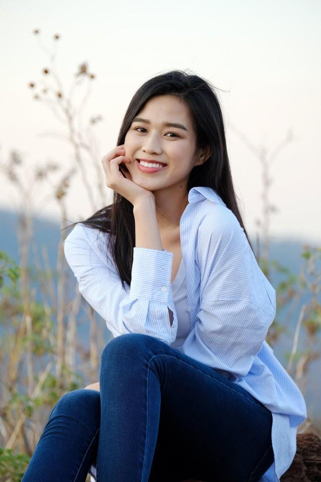 Hoa hậu Đỗ Thị Hà diện áo trắng giản dị, đẹp tinh khôi trên đỉnh núi lửa Chư Đăng Ya ảnh 1