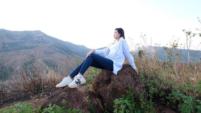 Hoa hậu Đỗ Thị Hà diện áo trắng giản dị, đẹp tinh khôi trên đỉnh núi lửa Chư Đăng Ya ảnh 5