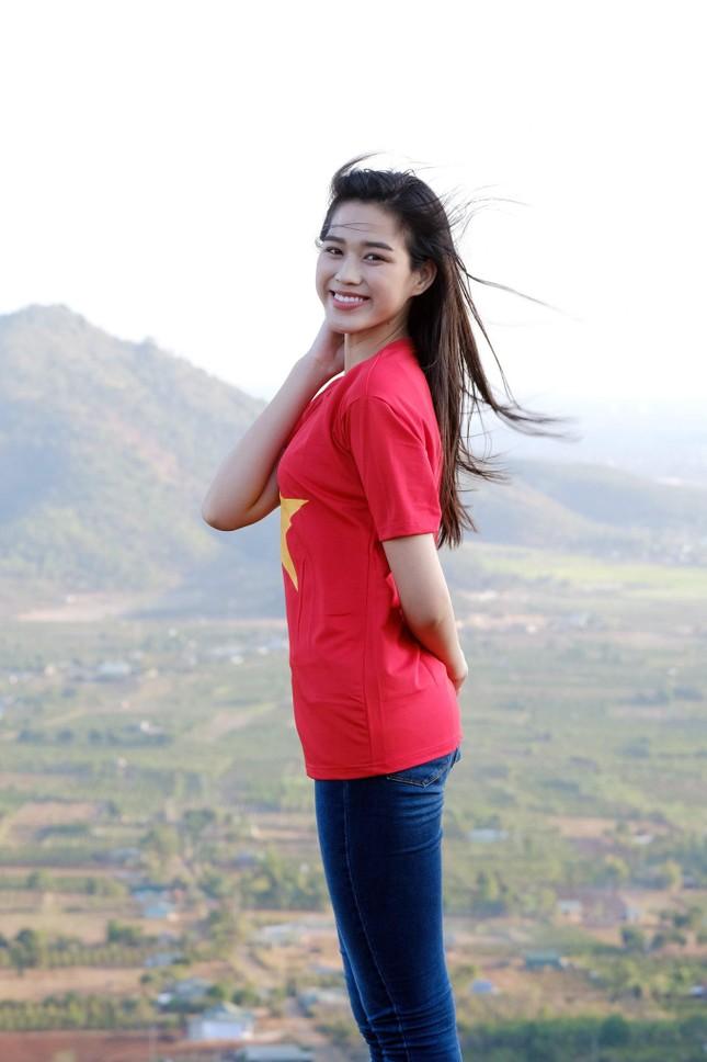 Hoa hậu Đỗ Thị Hà diện áo trắng giản dị, đẹp tinh khôi trên đỉnh núi lửa Chư Đăng Ya ảnh 8