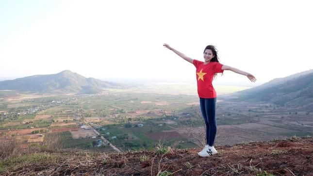 Hoa hậu Đỗ Thị Hà diện áo trắng giản dị, đẹp tinh khôi trên đỉnh núi lửa Chư Đăng Ya ảnh 6