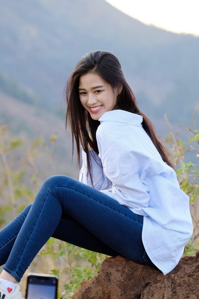 Hoa hậu Đỗ Thị Hà diện áo trắng giản dị, đẹp tinh khôi trên đỉnh núi lửa Chư Đăng Ya ảnh 2