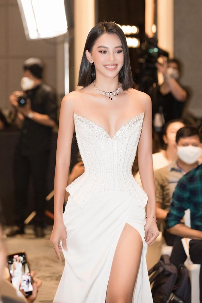 Hoa hậu Tiểu Vy mặc váy cúp ngực nóng bỏng, quyến rũ mê mẩn ảnh 7