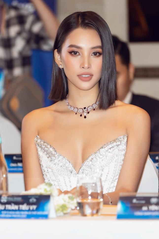 Hoa hậu Tiểu Vy mặc váy cúp ngực nóng bỏng, quyến rũ mê mẩn ảnh 8