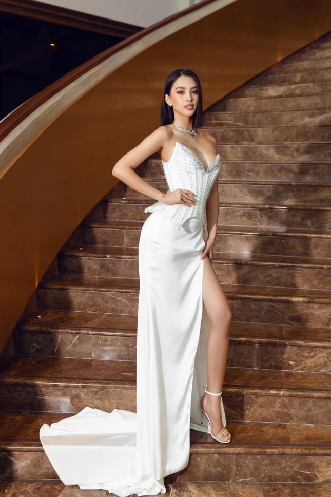Hoa hậu Tiểu Vy mặc váy cúp ngực nóng bỏng, quyến rũ mê mẩn ảnh 4