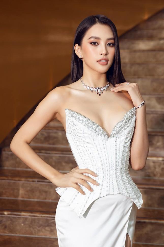 Hoa hậu Tiểu Vy mặc váy cúp ngực nóng bỏng, quyến rũ mê mẩn ảnh 1