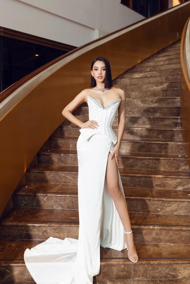 Hoa hậu Tiểu Vy mặc váy cúp ngực nóng bỏng, quyến rũ mê mẩn ảnh 2