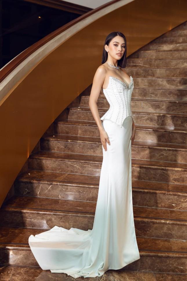Hoa hậu Tiểu Vy mặc váy cúp ngực nóng bỏng, quyến rũ mê mẩn ảnh 5