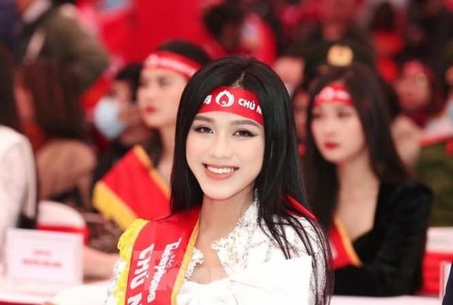 Chỉ với một kiểu tóc từ đi học tới sự kiện, Hoa hậu Đỗ Thị Hà vẫn luôn xinh đẹp nổi bật ảnh 8