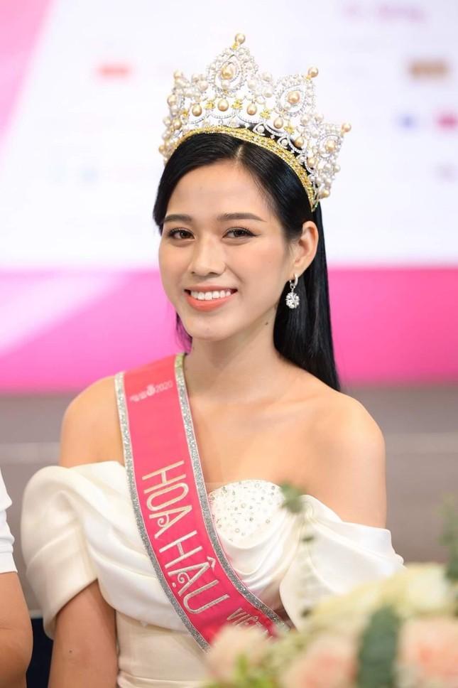 Chỉ với một kiểu tóc từ đi học tới sự kiện, Hoa hậu Đỗ Thị Hà vẫn luôn xinh đẹp nổi bật ảnh 15