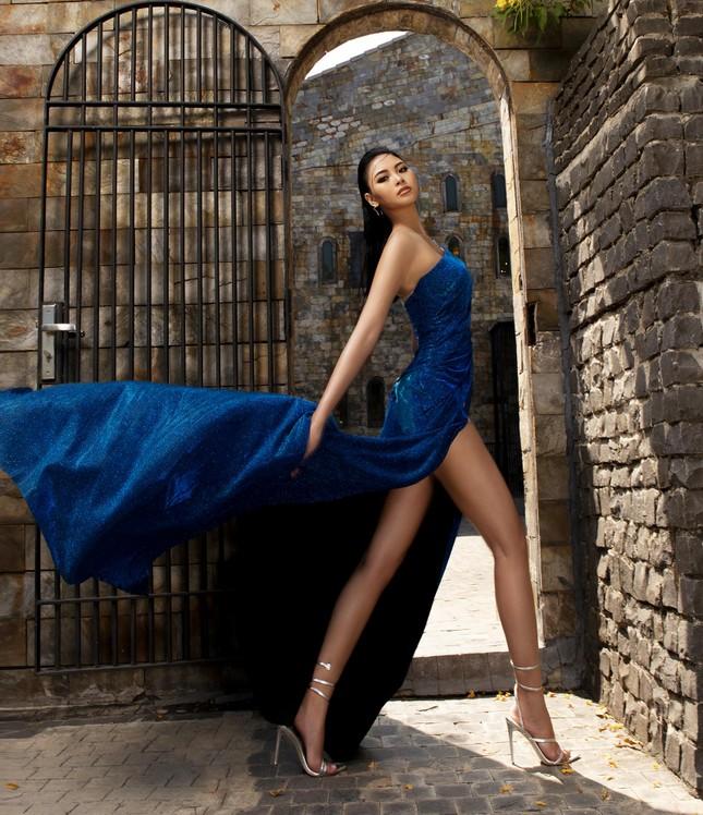 Người đẹp Biển Đào Thị Hà diện váy xẻ cao khoe chân dài miên man ảnh 2