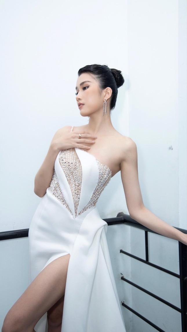 Á hậu Phương Anh diện váy xuyên thấu, gợi cảm khó cưỡng ảnh 7