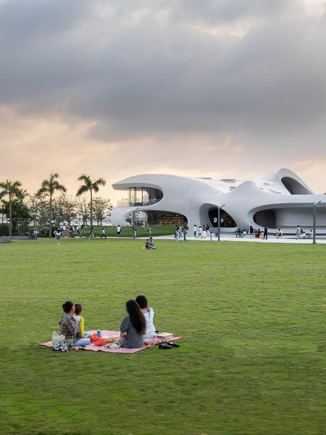 Thư viện nằm bên bờ biển có cấu trúc độc lạ, có một không hai ảnh 19