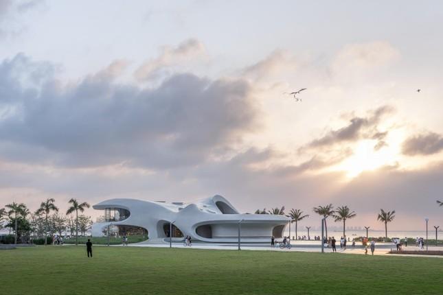 Thư viện nằm bên bờ biển có cấu trúc độc lạ, có một không hai ảnh 20