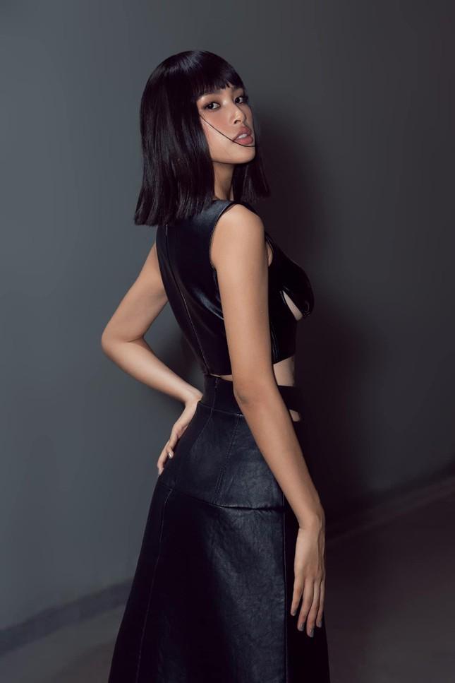 Hoa hậu Tiểu Vy đẹp mê hoặc với váy đen cắt xẻ phô chân ngực ảnh 7