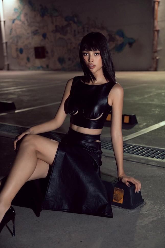 Hoa hậu Tiểu Vy đẹp mê hoặc với váy đen cắt xẻ phô chân ngực ảnh 5