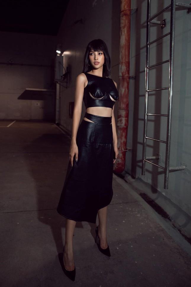 Hoa hậu Tiểu Vy đẹp mê hoặc với váy đen cắt xẻ phô chân ngực ảnh 4