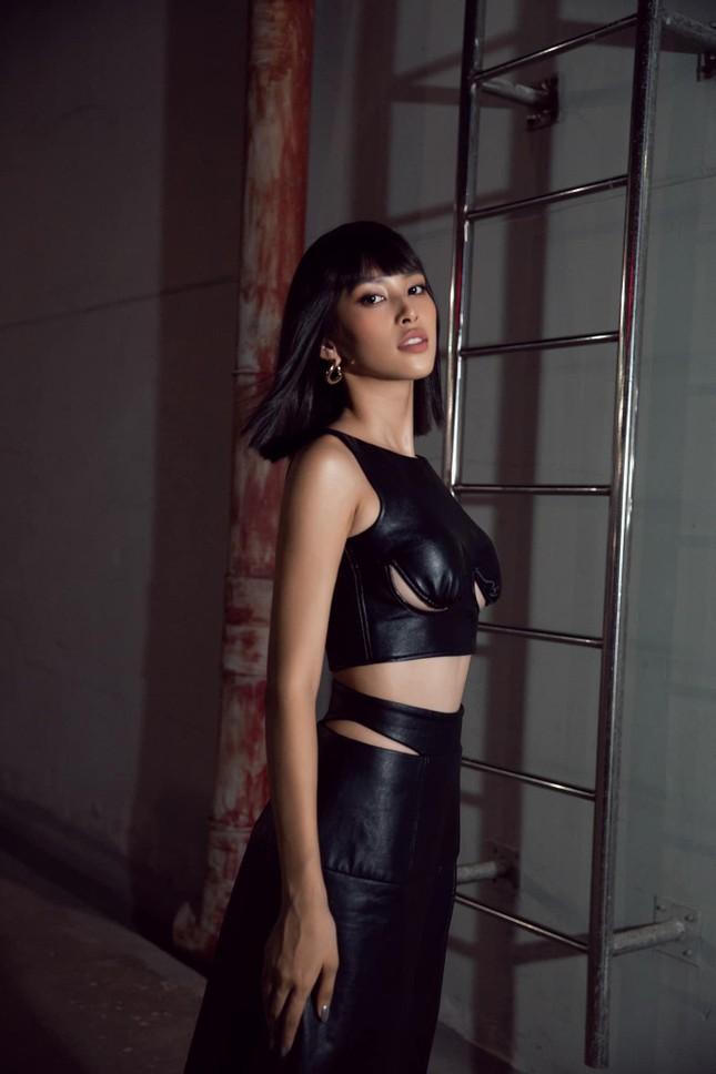 Hoa hậu Tiểu Vy đẹp mê hoặc với váy đen cắt xẻ phô chân ngực ảnh 3