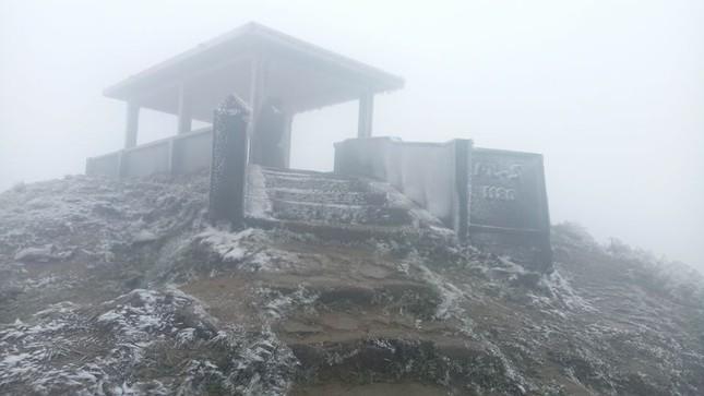 Lạng Sơn rét kỷ lục, băng tuyết phủ trắng Mẫu Sơn ảnh 2