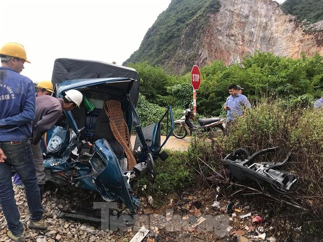 Lạng Sơn: Tông vào tầu hoả, tài xế ô tô thoát chết trong gang tấc ảnh 1