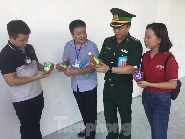 Cắt tóc, tặng khẩu trang cho lái xe, người lao động ở biên giới Lạng Sơn ảnh 7