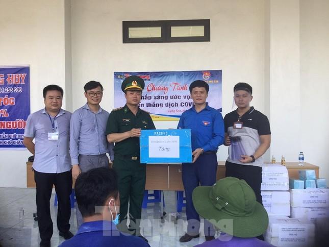 Cắt tóc, tặng khẩu trang cho lái xe, người lao động ở biên giới Lạng Sơn ảnh 2