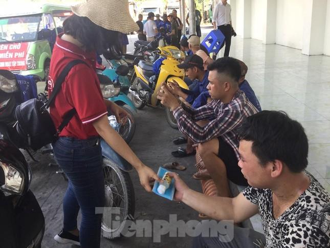 Cắt tóc, tặng khẩu trang cho lái xe, người lao động ở biên giới Lạng Sơn ảnh 4