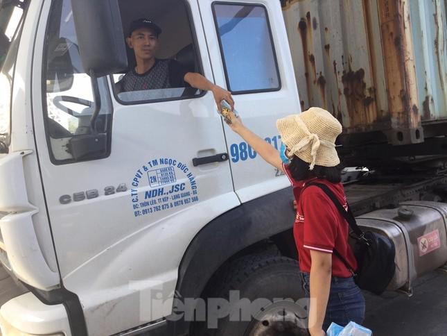 Cắt tóc, tặng khẩu trang cho lái xe, người lao động ở biên giới Lạng Sơn ảnh 3