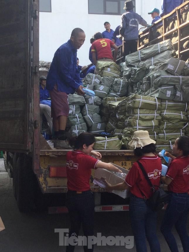 Cắt tóc, tặng khẩu trang cho lái xe, người lao động ở biên giới Lạng Sơn ảnh 5