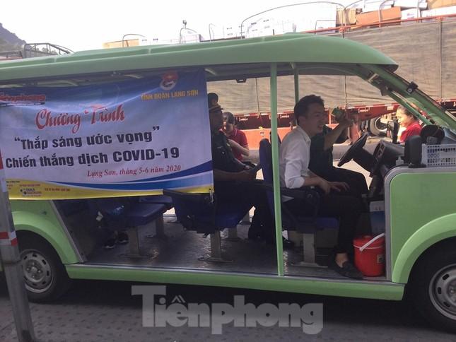 Cắt tóc, tặng khẩu trang cho lái xe, người lao động ở biên giới Lạng Sơn ảnh 6