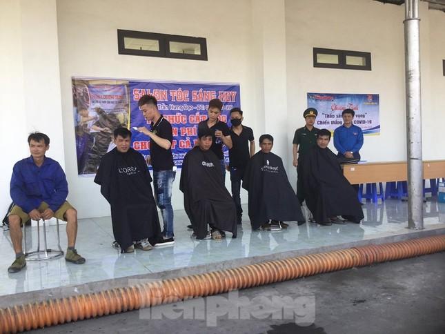 Cắt tóc, tặng khẩu trang cho lái xe, người lao động ở biên giới Lạng Sơn ảnh 8