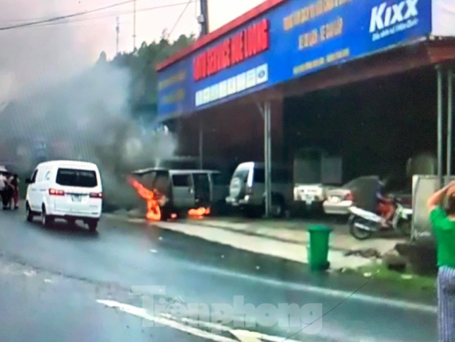 Kinh hoàng xe ô tô trong xưởng sửa chữa bỗng bốc cháy dữ dội ảnh 1