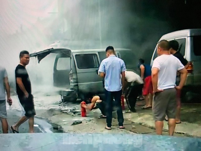 Kinh hoàng xe ô tô trong xưởng sửa chữa bỗng bốc cháy dữ dội ảnh 2