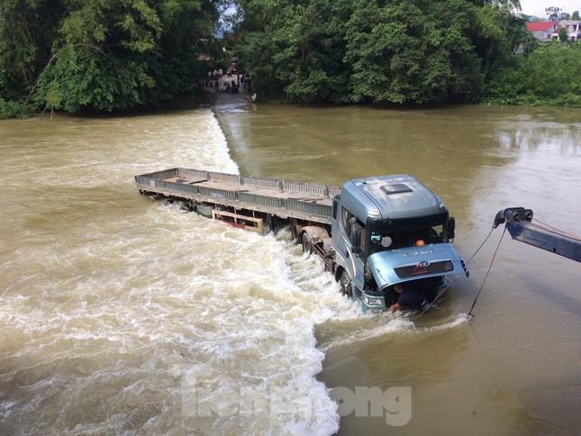Cao Bằng: Ô tô bị nước bủa vây, cuốn trôi khi qua đập tràn ảnh 1
