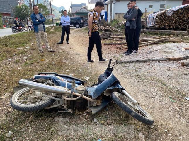 Cướp rút súng dí vào đầu người đi đường hòng lấy xe máy để thoát thân ảnh 1