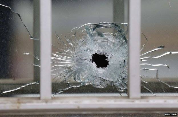 Nghi can 18 tuổi vụ thảm sát tòa soạn Pháp đầu hàng ảnh 3