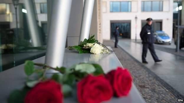 Nghi can 18 tuổi vụ thảm sát tòa soạn Pháp đầu hàng ảnh 19