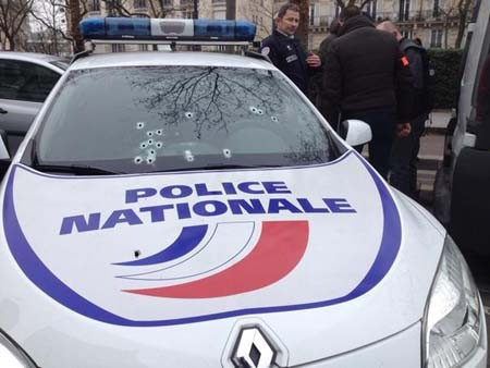 Nghi can 18 tuổi vụ thảm sát tòa soạn Pháp đầu hàng ảnh 12