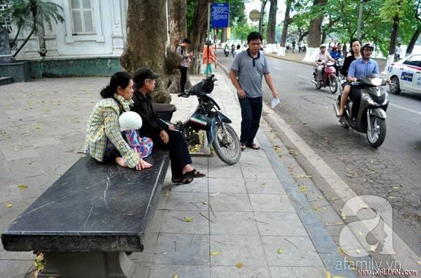 """Rất nhiều người Hà Nội đã xem chiếc ghế đá này như một """"báu vật"""" bởi độ lớn, dày cũng như chất liệu bằng đá hoa cương độc nhất vô nhị."""