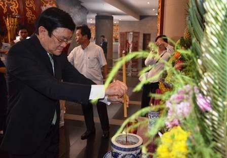 Chủ tịch nước Trương Tấn Sang kính cẩn dâng hương lên Quốc Tổ 18 đời Vua Hùng